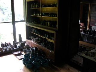 「陶芸工房くじら」。橋本さんとベアトリーチェの作品の一部。