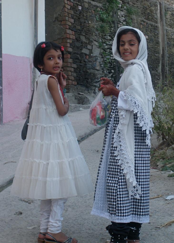 イード祭では、みんな新調した服を着る。少女たちもファッショナブル。