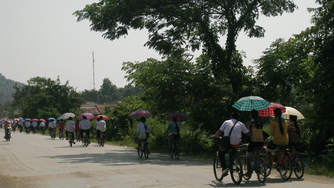 昼食で休憩した村では、ちょうど学生たちが自転車に乗って下校するところだった。