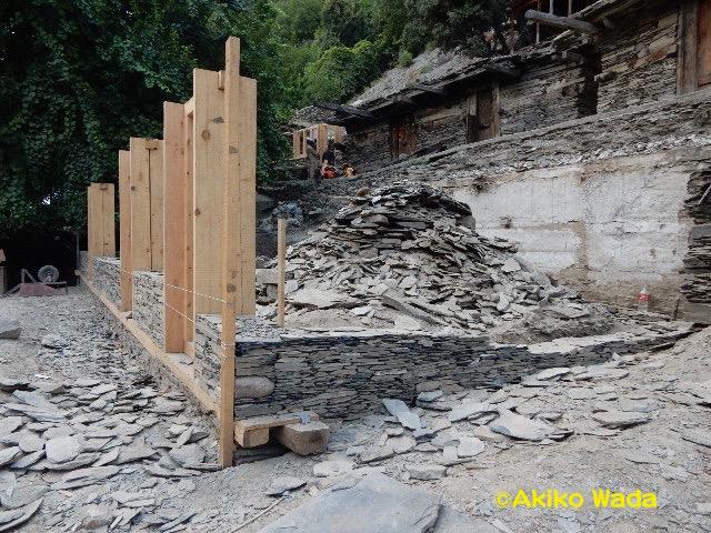 バラングル村は建築ブーム。5、6件建築中