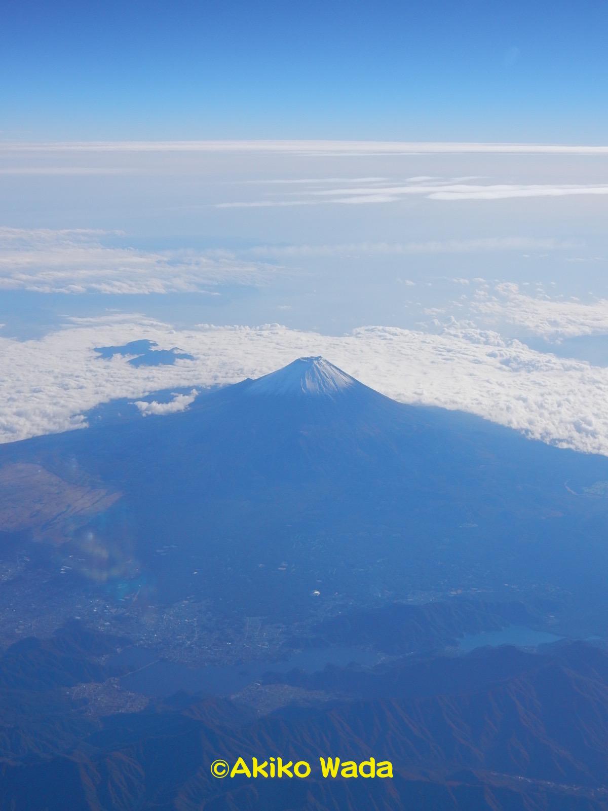 湖が見えるので、山梨県上空だろうか?