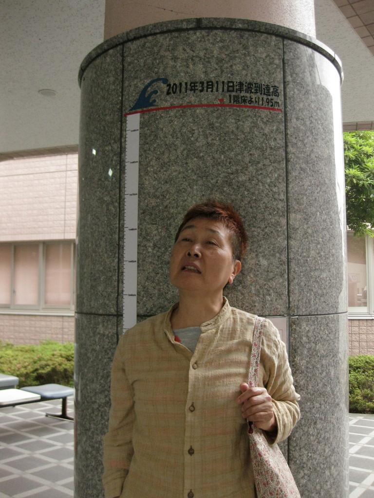 この医療・保健施設はかなりの高台にあるのに、さらにここの床より1.95メートルまで津波がきたという印が柱に記されていた。