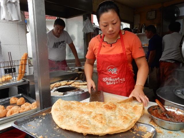 朝には特大クレープ・パイのようなパン焼き屋さんが店先に出て、どこも行列ができていた。