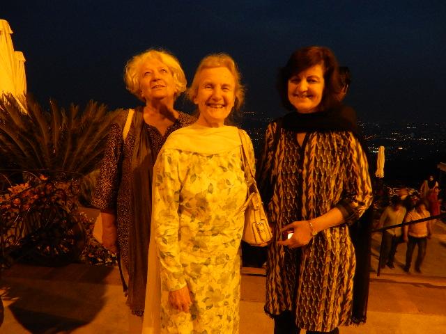 右からファジアの義姉さん、その母上(イギリス人)、ヘルガさん(写真が嫌いだと行ってわざと上を向いてる)
