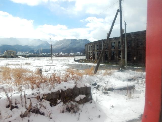 廃墟と山々