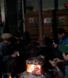 クタムルーの夜、各家では小麦粉でシャラービラヤック(野生の山羊)を焼く。