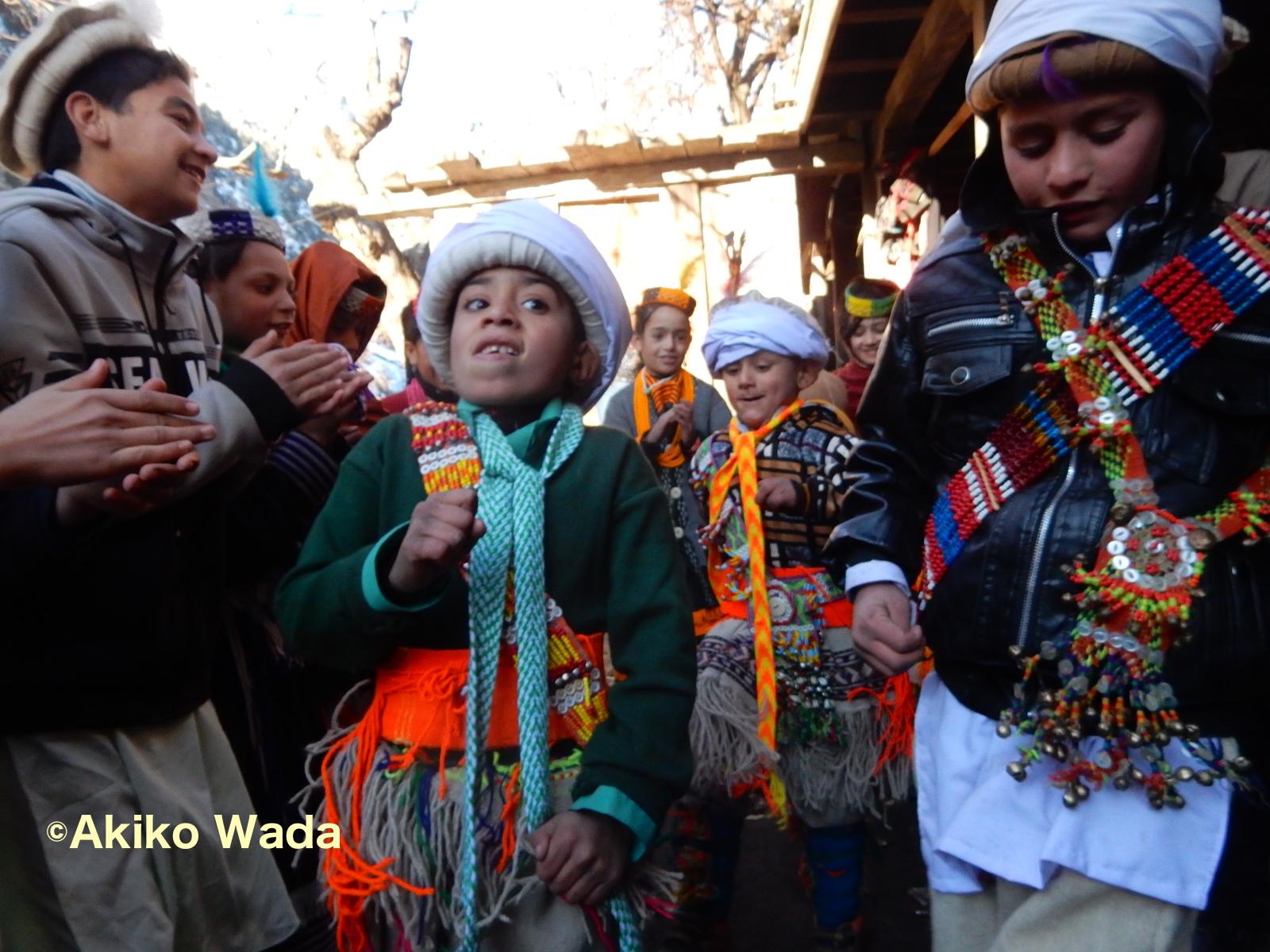 通過儀礼を受けた翌朝、男児たちが踊る。