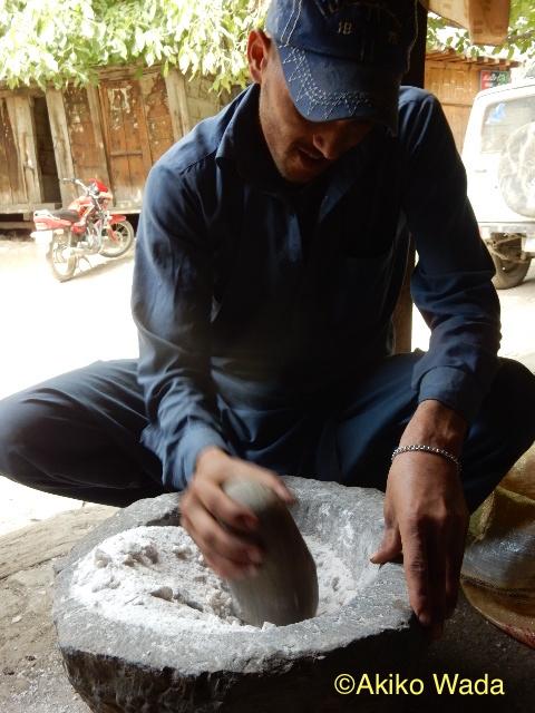 山羊に与える岩塩をすりつぶす。すごい量の塩だ。