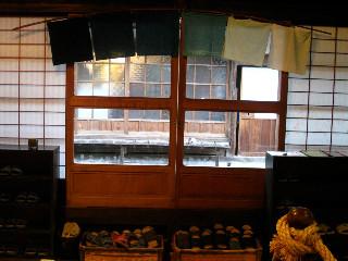 大森町の群言堂の中から通りを見る。