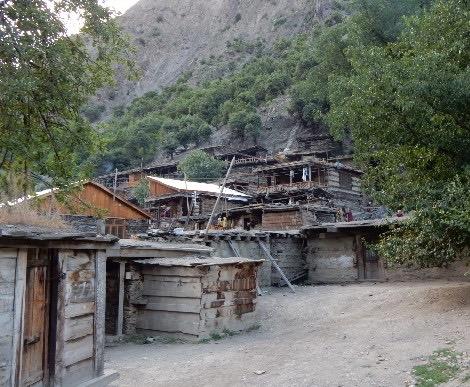 村で新築や増築する家の屋根はトタン張りが増えた