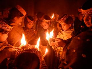 先祖の霊が神殿前のお供えを食している間は、全員神殿の中でかがり火を持ってじっとしている