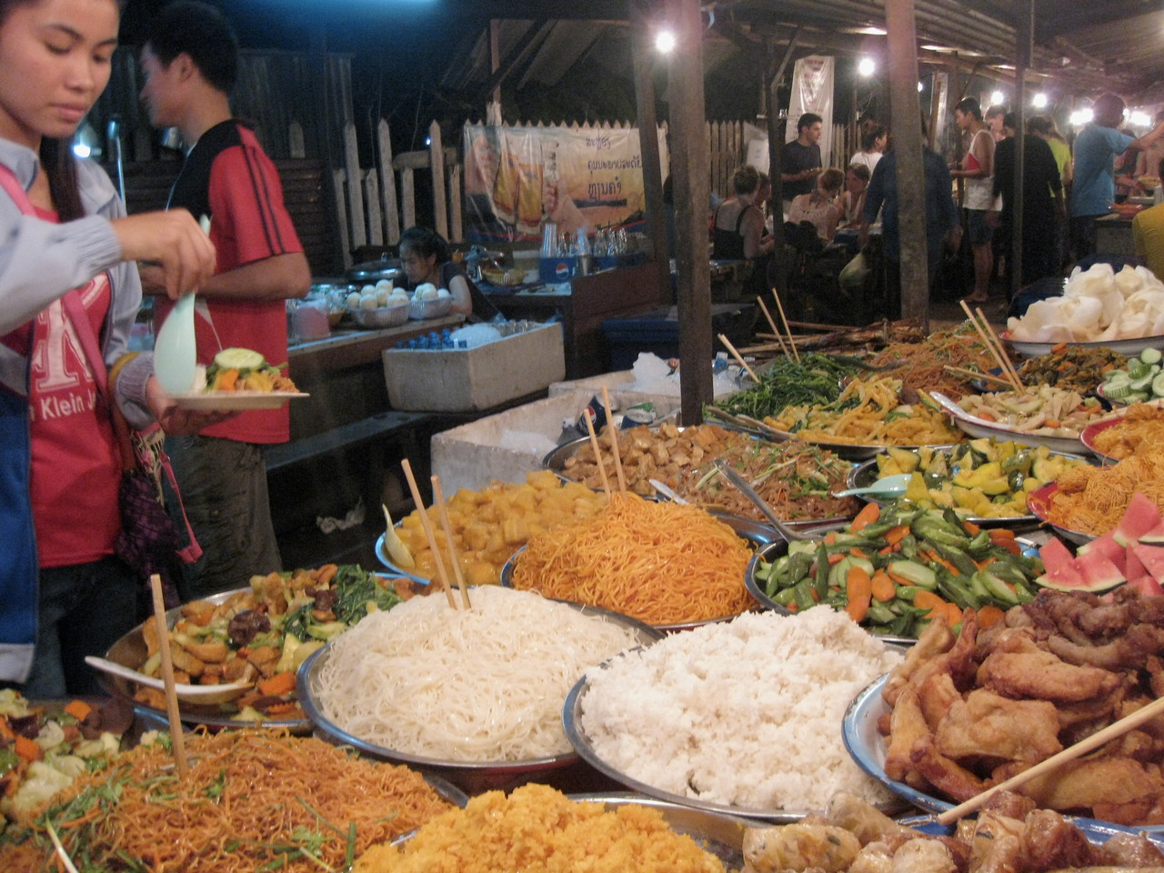 ナイトマーケットの屋台ブッフェ。ここの揚げ豆腐と野菜の煮物は日本の味がした。
