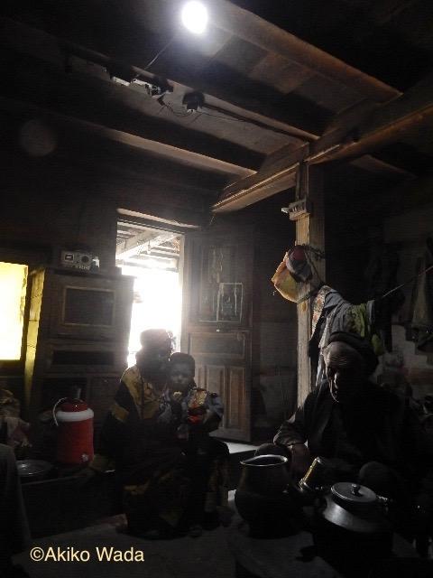 ブルーン村は発電所が工事中で電気は止まっていたが、ソーラー発電を利用する家もある