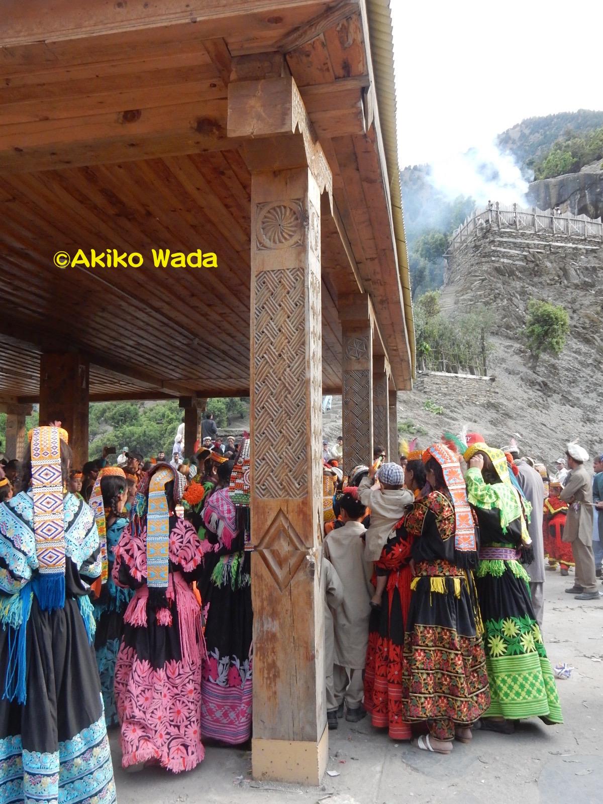 大ジョシの午後、女性たちが踊り場で踊りを楽しむ中、男性群は高台にある谷の守り神マハンデオにチーズとパンを捧げる儀礼を行う。