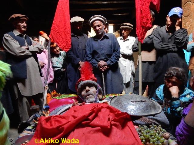 義兄の葬式1日目。強風が吹いてきたので神殿の中に遺体は移された。死者に弔辞を送る弔い客。