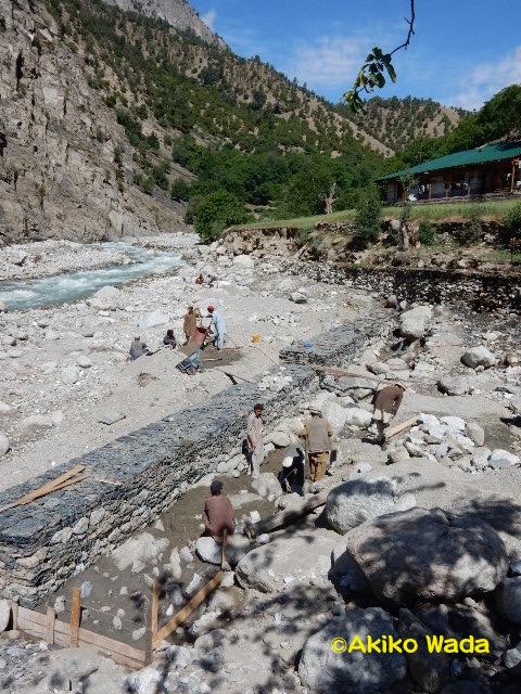バラングル村に建築中の堤防。AKRSPを通じての援助。