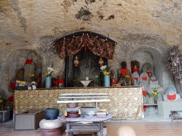 崖の前の波打ち際に打ち上げられていた仏像を、その崖を彫って祠を作って祀ってあった。