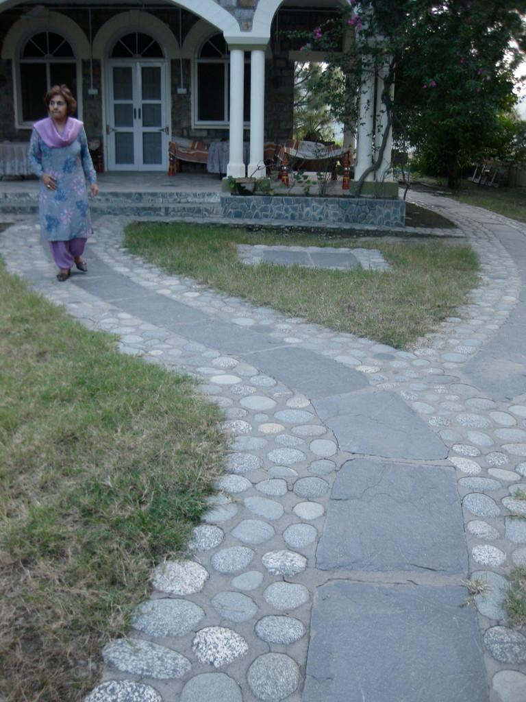 フォジアのお父様の家のお庭。地元の石をデザイン的に配置してあり、なかなか素敵だ。