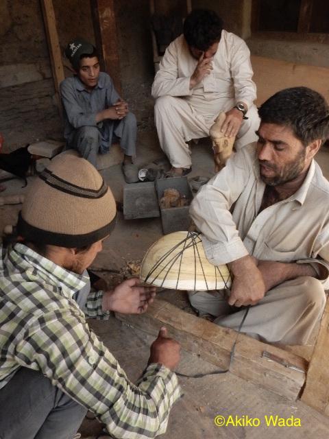 カラーシャグロム村のワリは小児麻痺で足が不自由だが、木彫りの達人だ