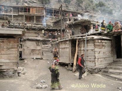 葬式最終日のバラングル村の様子。2009年撮影