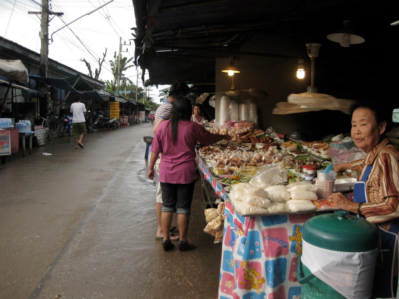 ここで焼きナマズと煮野菜とごはんを買った