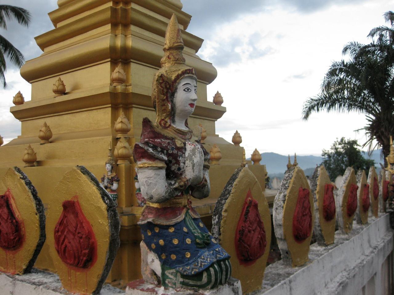 仏塔の守り神の民族衣装がかわいい。