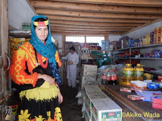 生活必需品を安く販売する政府の「ユーティリティ・ストアー」もできていて、カラーシャ女性が働いている