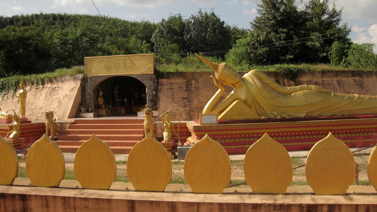 本堂の裏の涅槃像