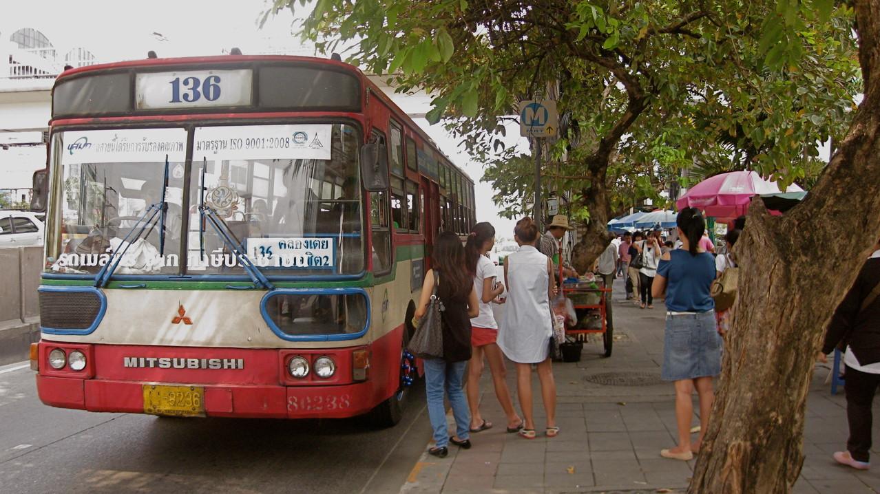 エアコン・バスでなく普通バスに9月から4回ほど乗ったけど、一度も乗車賃を払ったことはない。私だけでなく、タイの皆さんも払ってなかった。車掌さんがいないし、ワンマンバスでないので払いようがないのです。