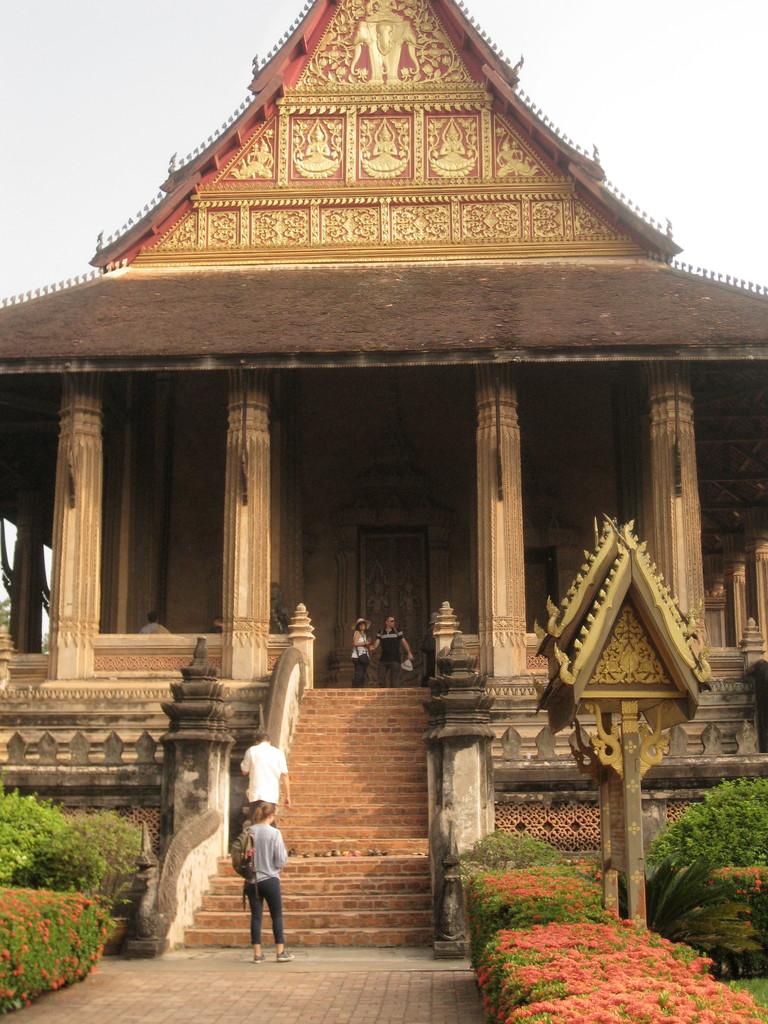 ホーパケオ寺院。裏から見て、きんきらしてなくて、渋い屋根に魅かれて入ったら、有名な寺院だった。