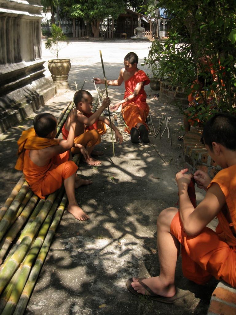 昼間、修行僧はいろんな手仕事をする。手前の修行僧は自分の手提げを編んでいた。