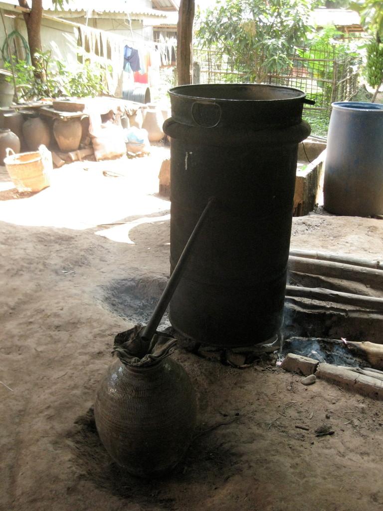 待ってました。焼酎作りの村にも寄ってくれました。今度は実際焼酎を作っているのを見れました