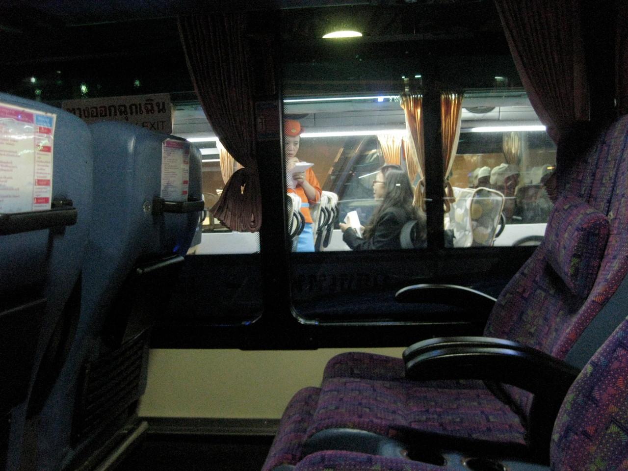 チェンライ行きVIPバスはガラガラだった。