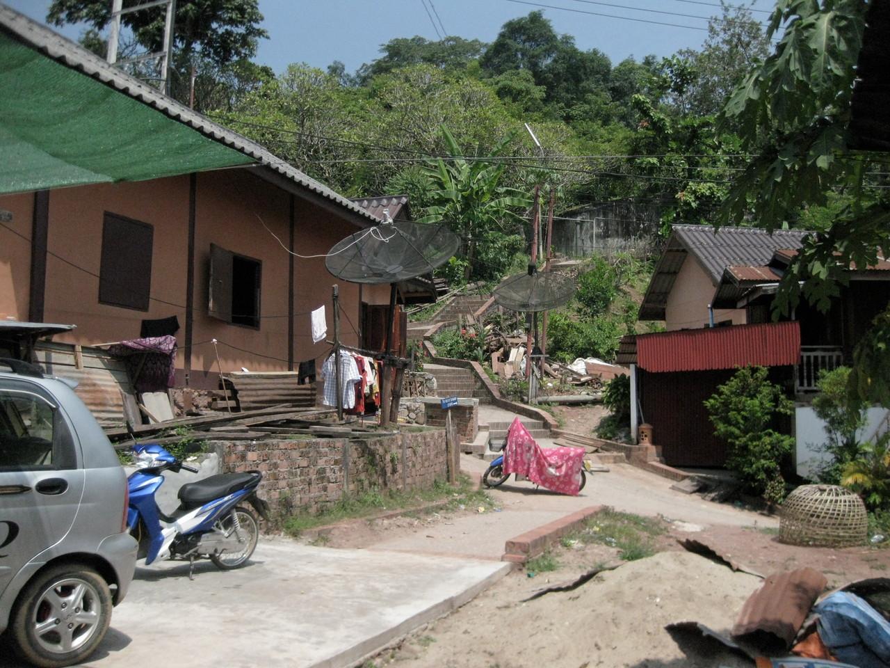 ルアンプラバーンの中心にあるプーシーの丘のふもとにある家々。