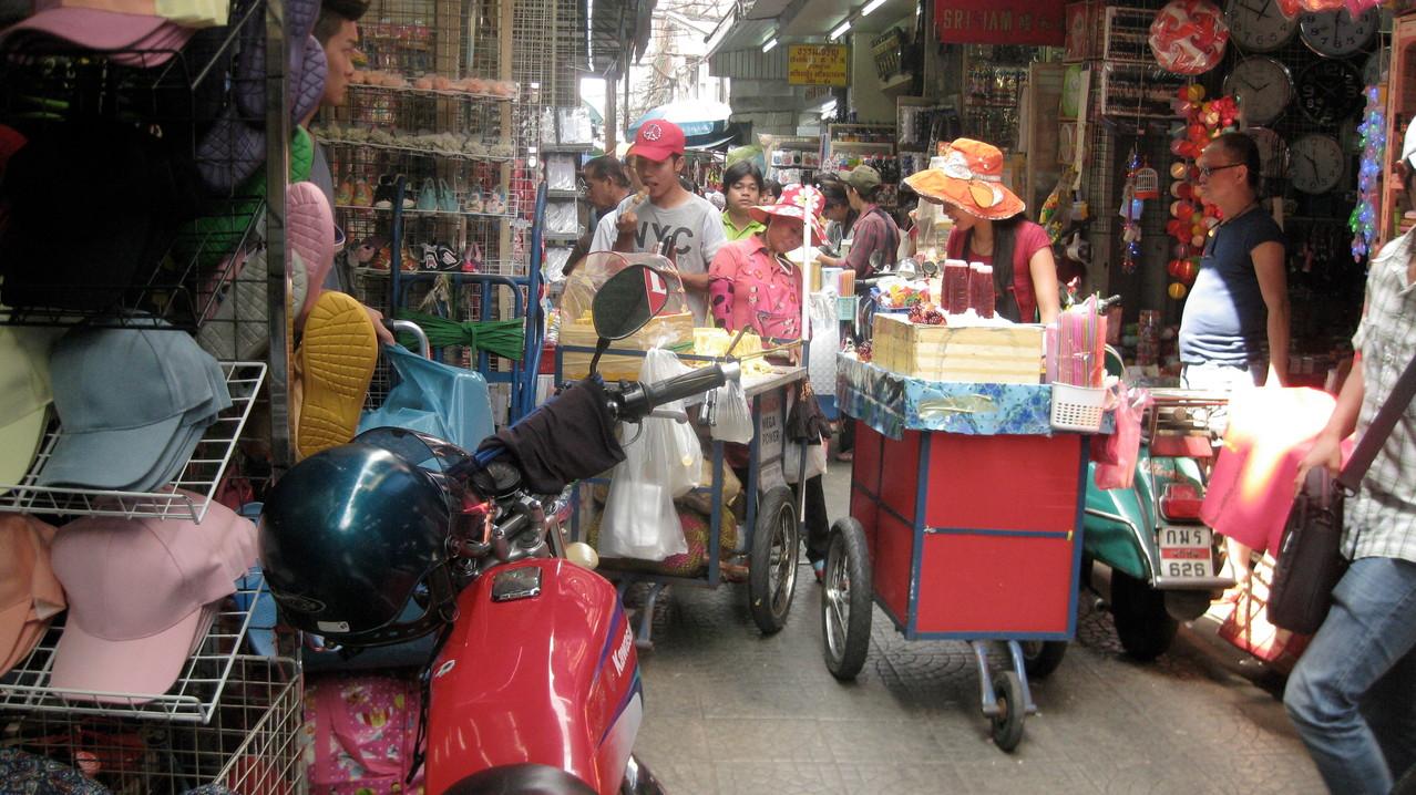 二人並んで歩くのがやっという路地に、リヤカーやオートバイも通る。