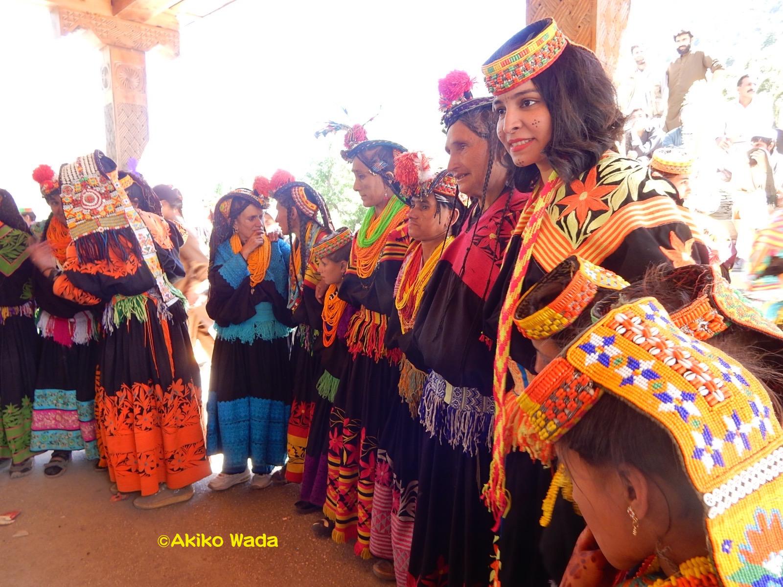 ラホールからきたパンジャビ女性もカラーシャの踊りを楽しんでいた。