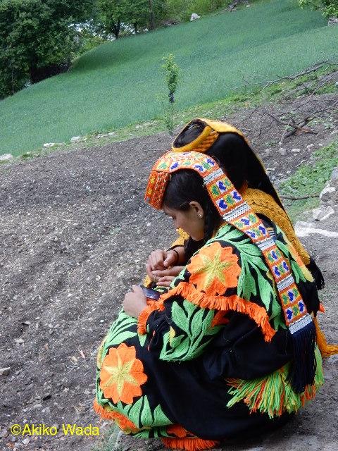 カラーシャ谷でもスマホは人気