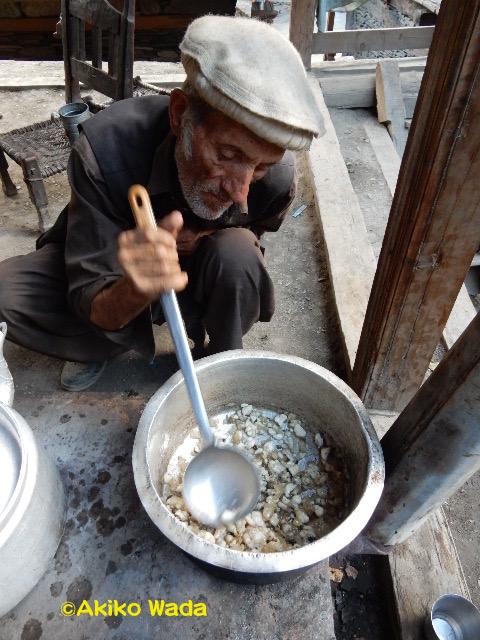 葬式で分配された肉の脂を溶かして、トマトや玉ねぎを炒めて、水を入れて、