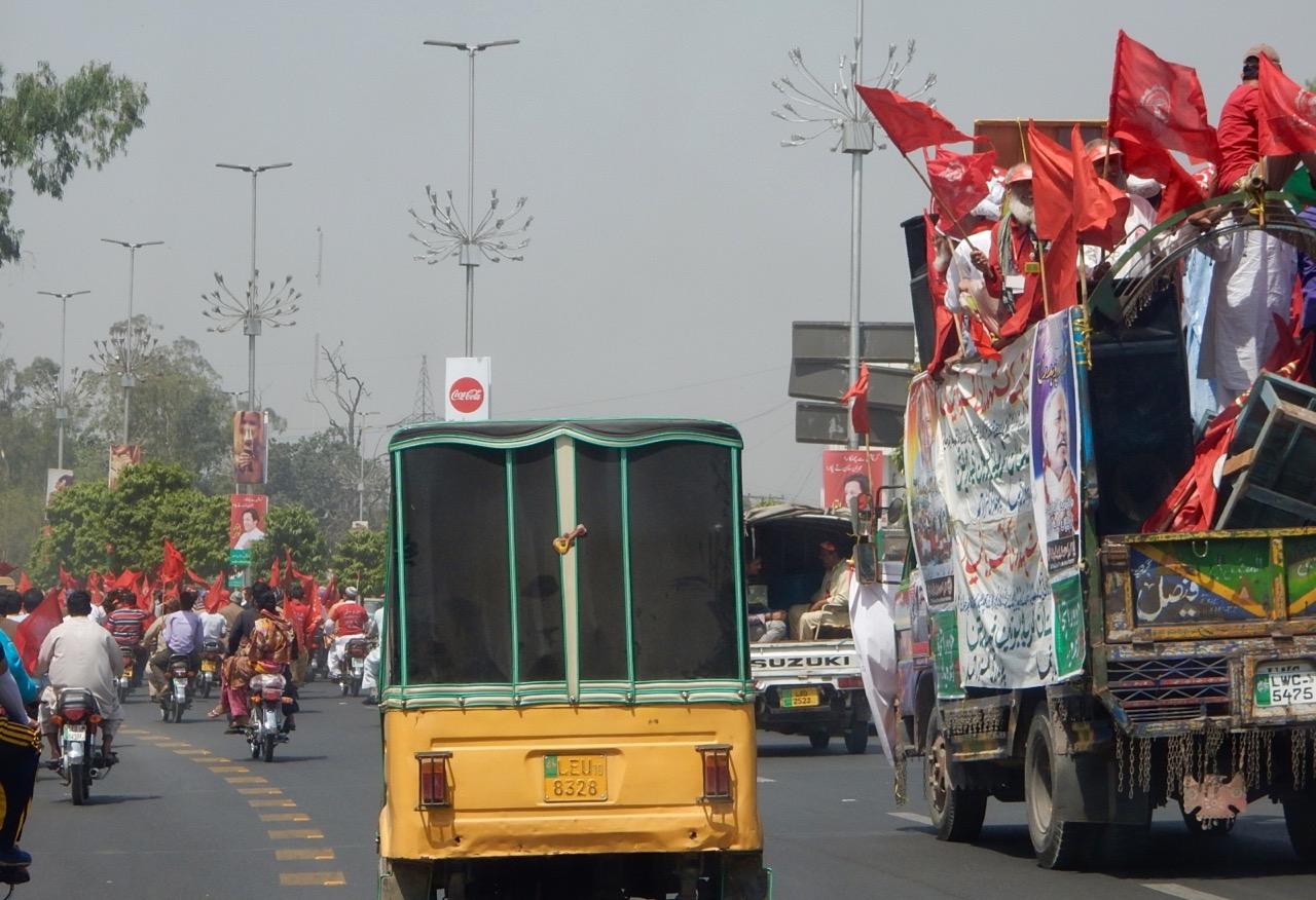 ちょうどイムラーン・カーンの政党の集会がある日だったが(一週間前はイスラマバードで開かれた)、この赤い旗は別の政党かグループのもので、昼間に集会をしていた。パキスタンはこういう集会やデモがけっこう多い。