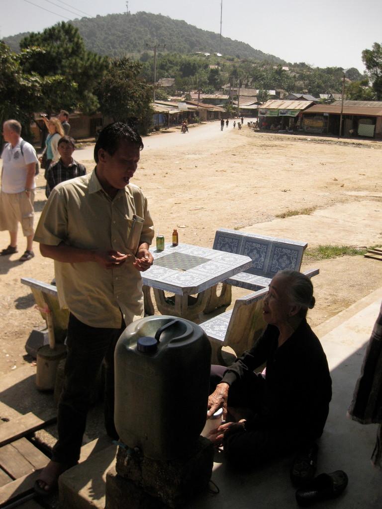 バスのトイレ休憩で止まった村。ちなみにローカル・トイレなのに2000キープ(25円)取られた。手を洗うところもないのに、ボロ儲けだ。