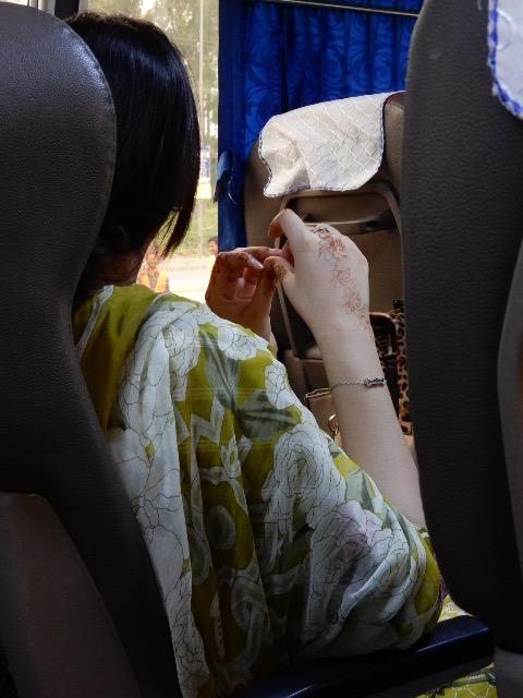 ラホールからラワルピンディーに向かうバスの中で、ヘナを施した女性の手が美しいのでつい一枚シャッターを押した。
