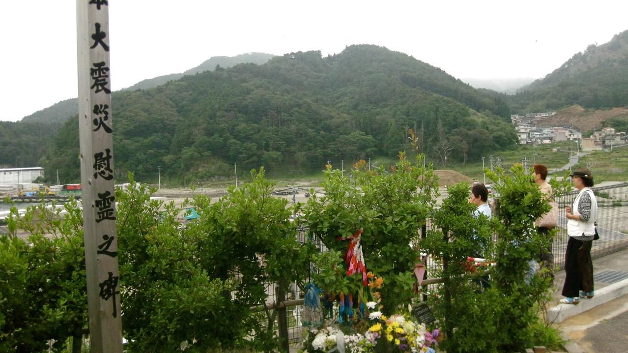 2日目。石巻出身の友人、佐々木ゆうこさんの案内で石巻、女川に連れていってもらう。ここは高台にある医療・保健施設だが、ここまで津波が押し寄せてきたときいて驚く。