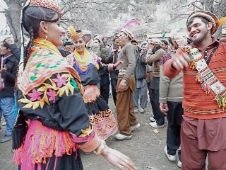 チョウモス祭りで踊る若者たち