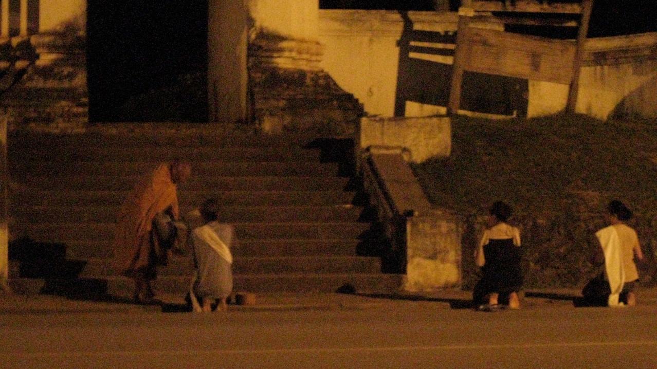 この僧侶は3人の女性から托鉢されて、しばらく彼女らのそばに立ち読経されていた。私もご飯は貢がなかったが、少し遠くに座ってありがたくお経を聞いた。