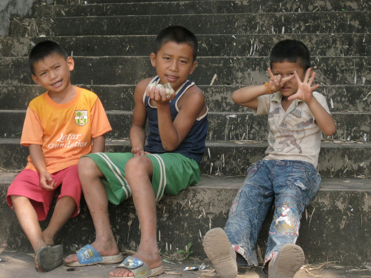 お寺の階段で。まん中の子はご飯のおやつを食べてました