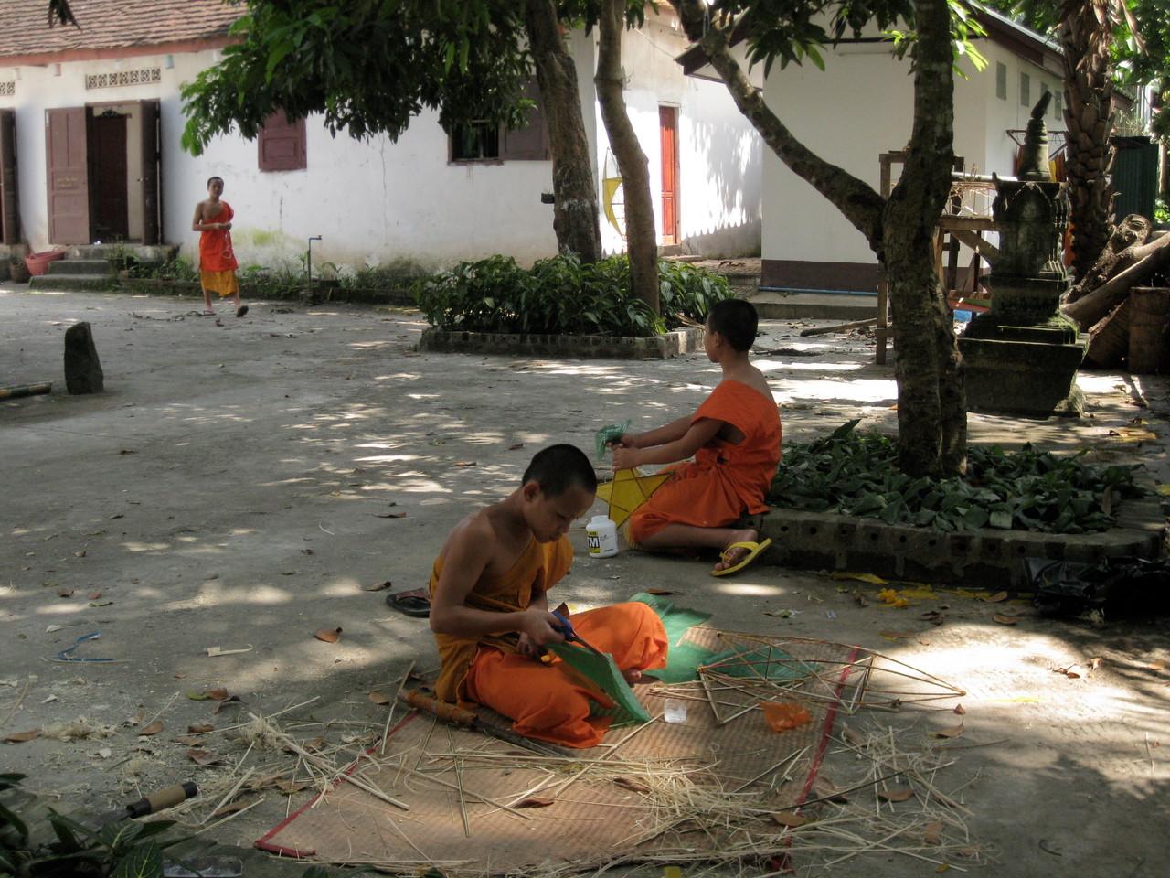 来月のお祭りのために飾りを作る修行僧。