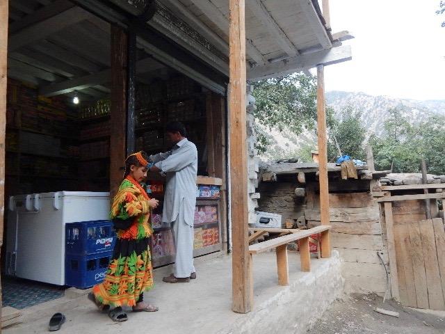 最近はバラングル村にも店が増えて6~7軒もある。しかしソフトドリンクとスナック菓子ばかりがやけに多く、電球(すぐ切れるので必要)などの日用必需品はどの店にも置いてない。