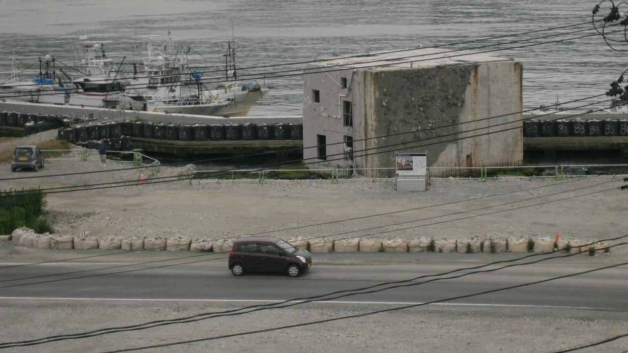 がれきはおおかた撤去されていたが、ところどころに津波でひっくり返された建物が残っていた。