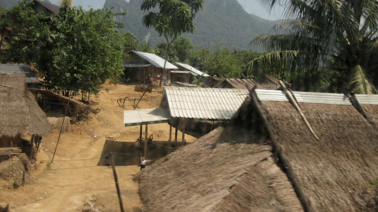 時たま、道路にへばりつくように小さな村が建っている。