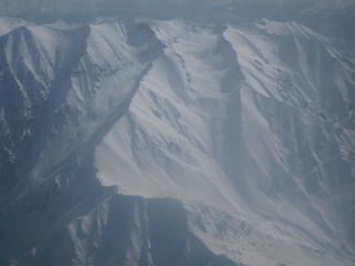 ラワリ峠の雪はまだまだ解けそうもない。